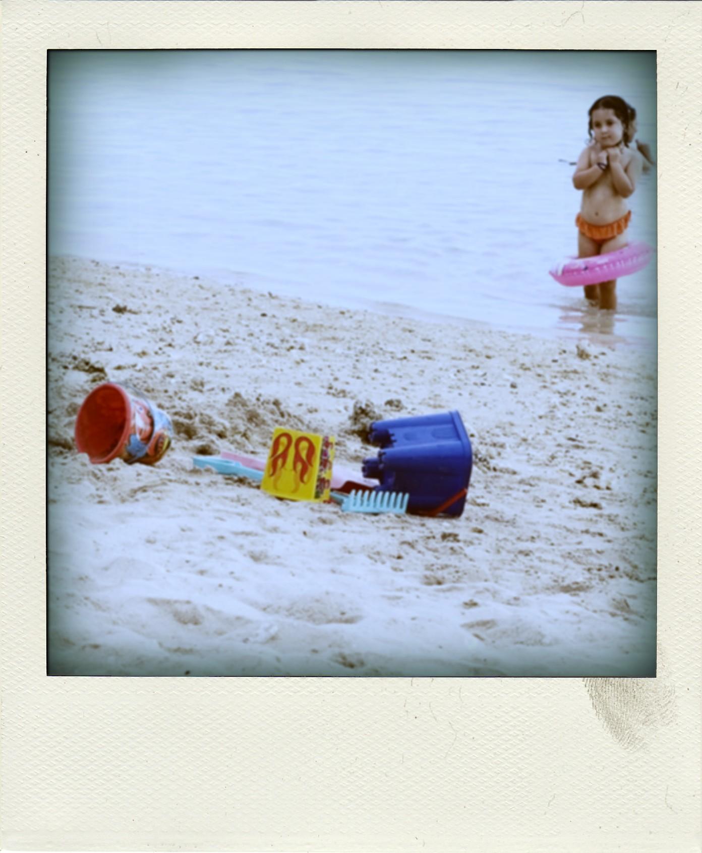 Petite fille sur la plage de l'hermitage à la réunion
