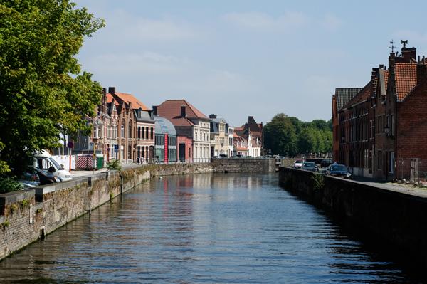 Visite de Bruges en barque à travers les canaux