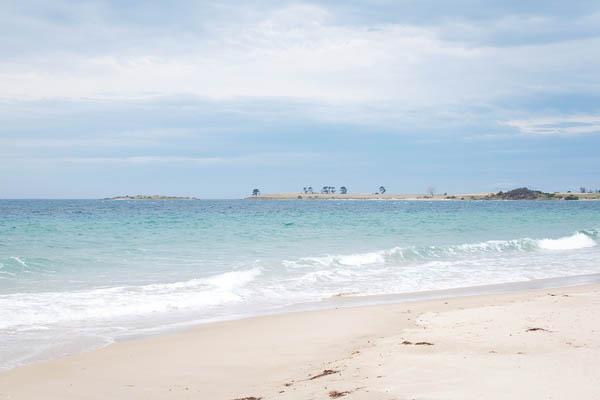 Plage de sable blanc en Tasmanie