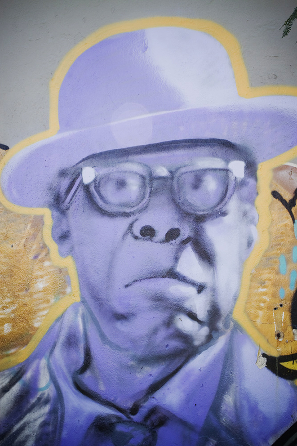 peinture street art en violet