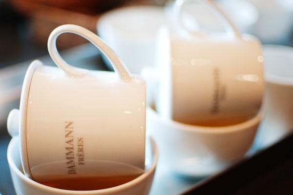 Versez le thé dans un bol