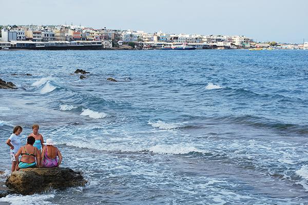 Deux dames en pleine discussion - Crète en 2007