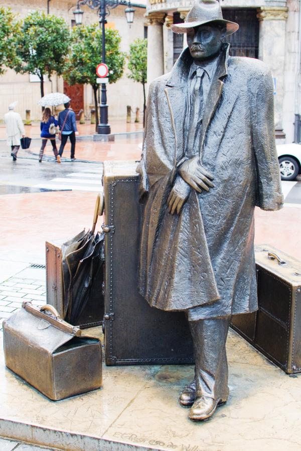 Statue du voyageur à Oviedo