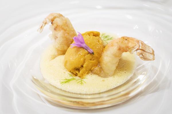 Langoustine de Loctudy, en tempura, citronnelle, ananas et glace tomato/curry