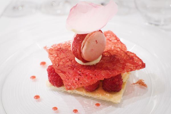 Les framboises du pays en macaron glacé, chocolat blanc mousseux aux fragrances de rose