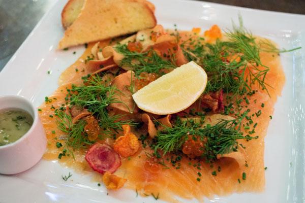Gravlax de saumon avec chips de légumes