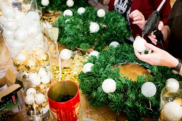 Positionnement et collage des décorations de Noël au pistolet à colle