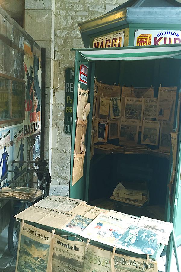 Musée des commerces d'autrefois à Rochefort - Kiosque à journaux